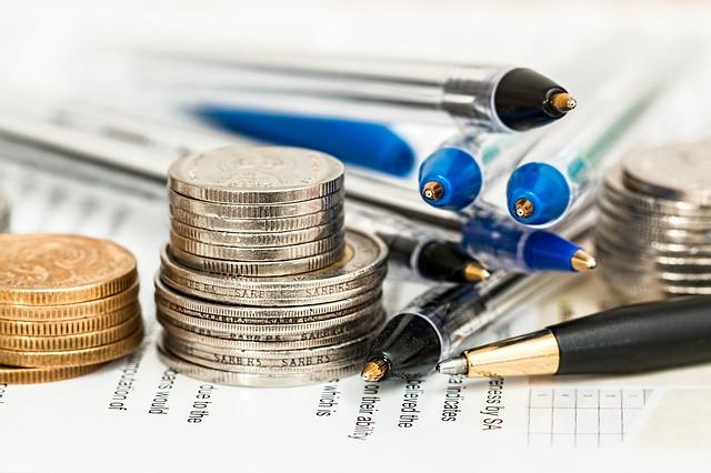 mince a tužky na dokumentu.jpg