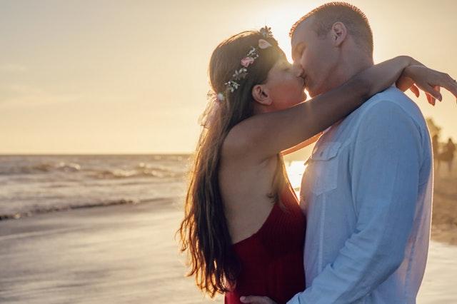 muž a žena se líbají u moře