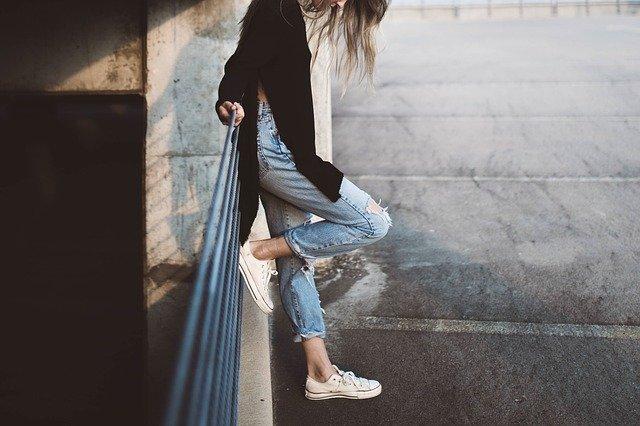 Žena s džíny a bílými boty